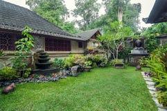 Lyxig och härlig yttersidaträdgårdvilla Arkivfoto