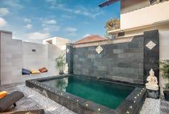 Lyxig och privat villa med den utomhus- pölen Fotografering för Bildbyråer