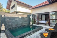 Lyxig och privat villa med den utomhus- pölen Arkivfoton