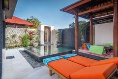 Lyxig och privat villa med den utomhus- pölen Royaltyfria Bilder