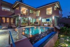 Lyxig och privat villa med den utomhus- pölen Arkivfoto