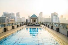 Lyxig pöl på taket av en skyskrapa Fotografering för Bildbyråer