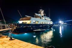 Lyxig privat yacht som förtöjas på nattport Arkivfoto