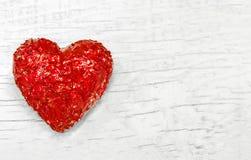 Lyxig röd hjärta på vit träbakgrund lyckliga valentiner för dag Blänka förälskelsekonfettier Arkivfoton