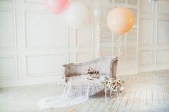 Lyxig ren ljus vit inre ett rymligt rum med solljus och blommor i vaser arkivfoton