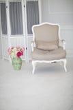 Lyxig ren ljus vit inre ett rymligt rum med solljus och blommor i vaser fotografering för bildbyråer
