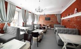 Lyxig restaurang i europeisk stil royaltyfri bild