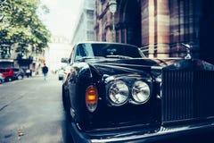 Lyxig Rolls Royce bil på den Paris gatan Arkivfoto
