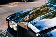 Lyxig Rolls Royce bil som parkeras i stad Fotografering för Bildbyråer