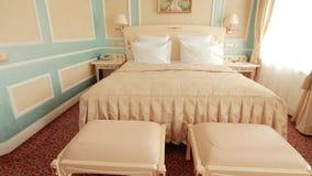 Lyxig säng i modernt hotell för lägenhetrum Bekvämt sovrum i hotell stock video
