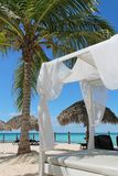 Lyxig säng på en tropisk strand i det karibiskt Royaltyfri Bild