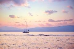 Lyxig segelbåt i solnedgångljus Royaltyfri Fotografi
