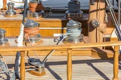 Lyxig segelbåt med trädäcket och den detaljerade framställningen av repet och vevarna royaltyfria bilder