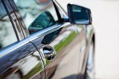 lyxig sidosikt för bil arkivfoton