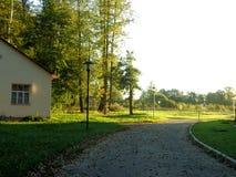 Lyxig sikt av hotellet på bakgrunden av grön gräsmatta med landskap arkivfoton