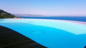 Lyxig simbassäng med havssikt arkivfilmer