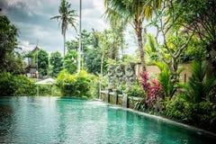Lyxig simbassäng på villan av den tropiska Bali ön, Indonesien Arkivbild