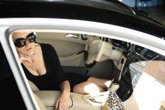 lyxig sittande kvinna för bil Arkivfoton