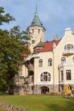 Lyxig slott på den polska sjösidan. Royaltyfri Fotografi