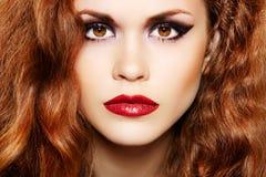 lyxig sminkkvinna för härligt lockigt hår arkivfoto