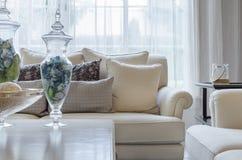 Lyxig soffa för jordsignalfärg i vardagsrum arkivfoton