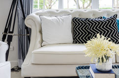 Lyxig soffa i vardagsrum med den gula blomman i vas royaltyfri foto