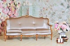 Lyxig soffa i vitt rum Royaltyfria Foton