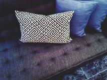 Lyxig soffa med kuddar arkivfoton