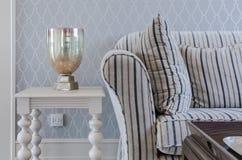 Lyxig soffa och vittabell i vardagsrum royaltyfria bilder