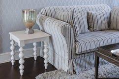 Lyxig soffa och vittabell i vardagsrum hemma arkivbild