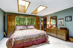 Lyxig sovruminre med takfönster Arkivfoto