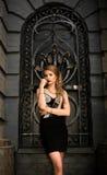 Lyxig stående av den yrkesmässiga trendiga modellen på bakgrunden av den gamla staden med underbar arkitektur och väggar Sexigt b Fotografering för Bildbyråer