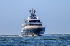 Lyxig superyacht på northseaen arkivfoto