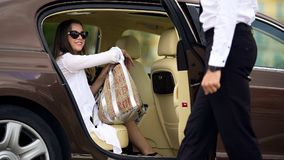 Lyxig taxiservice, dörr för chaufföröppningsbil för den kvinnliga passageraren, lopp royaltyfri bild