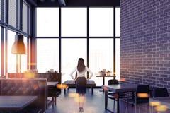 Lyxig tegelstenrestauranginre, affärskvinna Fotografering för Bildbyråer