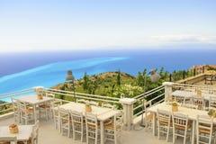 Lyxig terrassbalkong av den exklusiva badorten med infallet ta Arkivbild