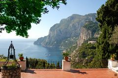 lyxig terrasssiktsvilla royaltyfri fotografi