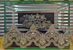 Lyxig tiara i den glass asken på skärm arkivfoto