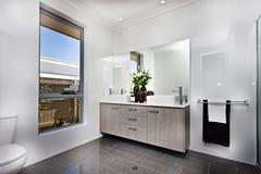 Lyxig toalett med ett fönster bredvid en bunke Royaltyfri Bild
