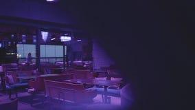 Lyxig tom nattklubb i blått ljus med många bekväma fåtöljer och tabeller som väntar på besökare stock video