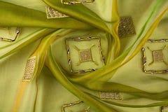 Lyxig torkduk för gul bakgrund eller krabba veck av för textursatäng för grunge siden- sammet Royaltyfria Bilder