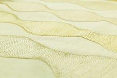 Lyxig torkduk för gul bakgrund eller krabba veck av för textursatäng för grunge siden- sammet Arkivfoto