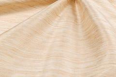 Lyxig torkduk för gul bakgrund eller krabba veck av för textursatäng för grunge siden- sammet Arkivbild