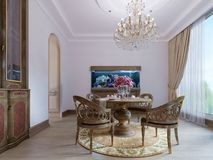 Lyxig trääta middag tabell och fyra stolar i matsalen med serveringsbordet och akvariet snidit trä stock illustrationer