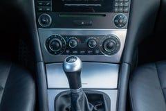 Lyxig tysk bilinre, spak för kugghjul 6, temperaturkontroll, instrumentbrädaenhet arkivbilder