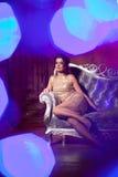 Lyxig ung kvinna i dyr inre Flicka med prickfri mak Royaltyfri Bild