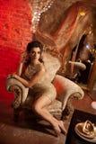 Lyxig ung kvinna i dyr inre Flicka med prickfri mak Arkivfoto