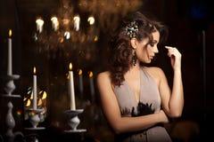 Lyxig ung kvinna i dyr inre Flicka med prickfri mak Royaltyfria Bilder