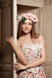 Lyxig ung le skönhetkvinna i tappningklänning i elegant in Royaltyfri Foto