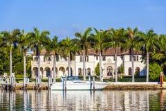 Lyxig uppehåll på stranden i södra Miami royaltyfri foto